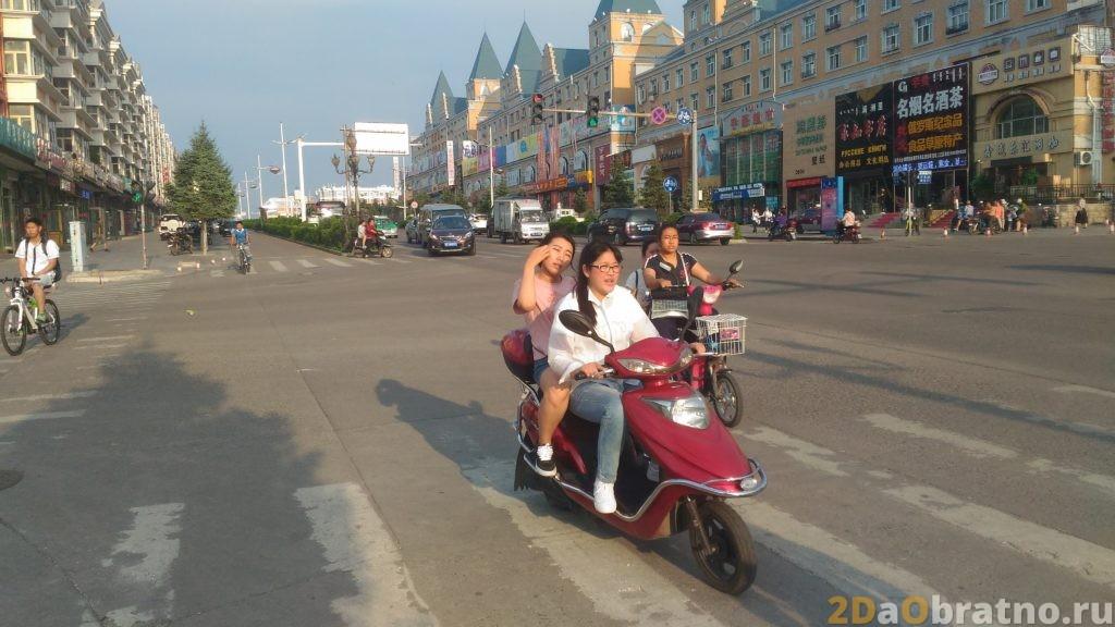 Женщины на мотоциклах даже в движении успевают ухаживать за собой при виде фотообъектива))