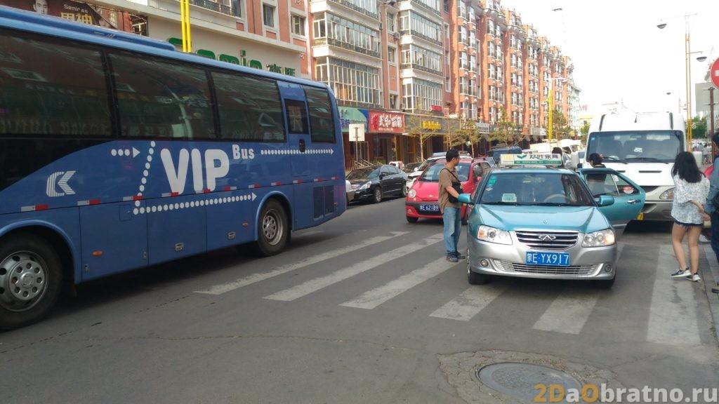 А этот таксист просто остановился посреди движения. Сзади него организовалась нормальная такая пробка