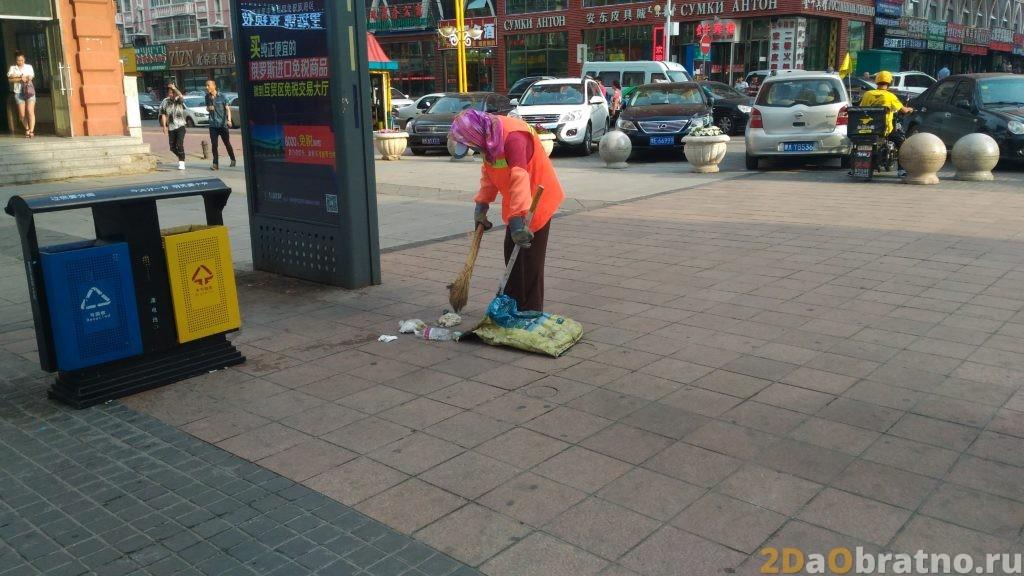 Стандартная женщина-дворник в Китае со своим волшебным оружием против мусора